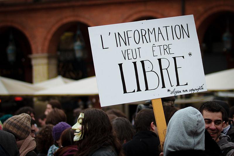 """""""A informação quer ser livre. *slogan sem copyright"""". Imagem do protesto contra o ACTA em Toulouse. Crédito: Pierre-Selim Huard."""