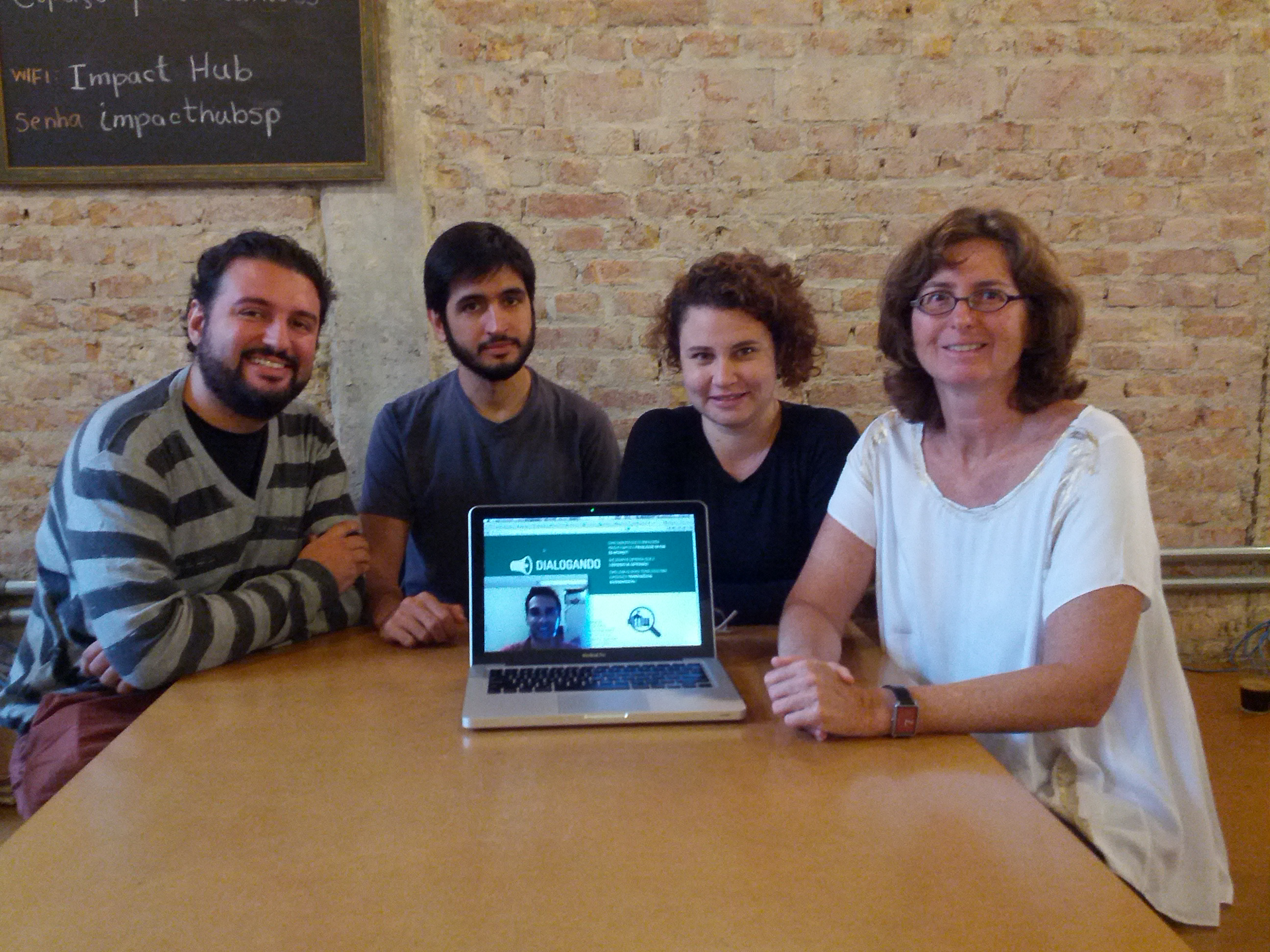Reunião da equipe do projeto Dialogando: Tom, Edgar, Ruan (no computador), Jamila e Heloisa