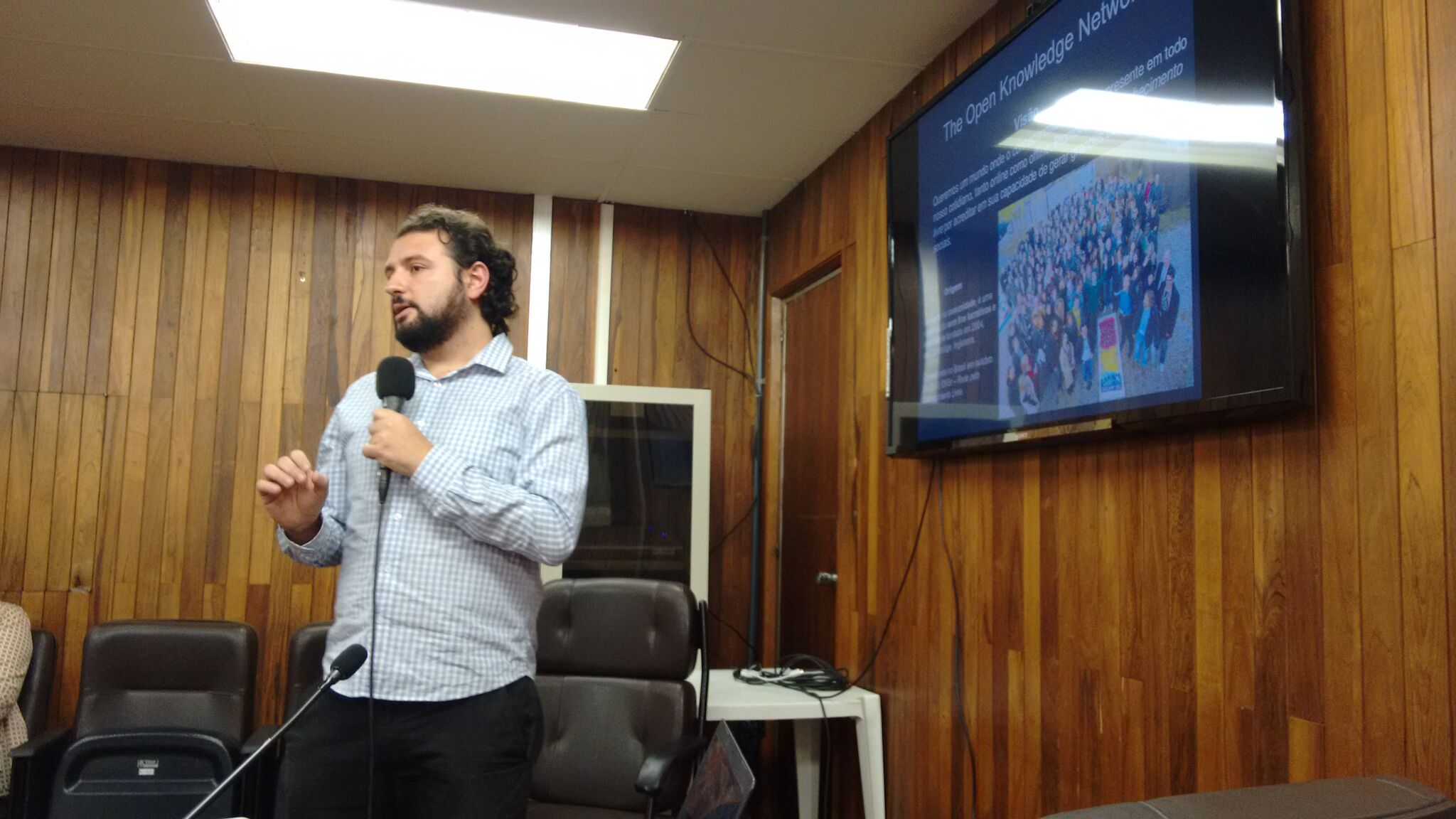 Everton Zanella Alvarenga, diretor executivo da OKBr, faz uma apresentação sobre a instituição
