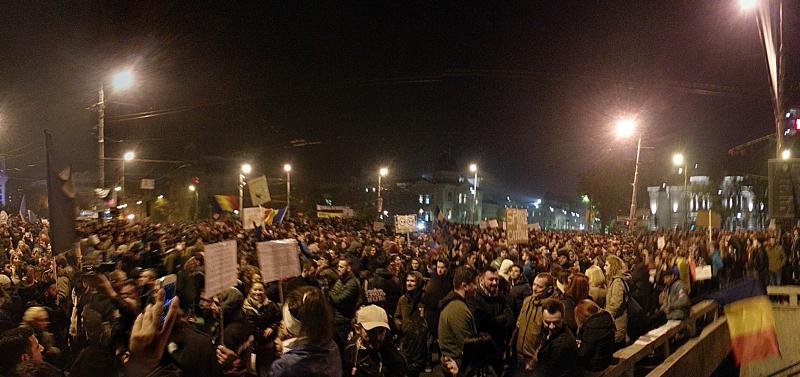 Protesta en la Plaza de la Universidad en Bucarest el 5 de noviembre de 2015. Fotografía: Gutza (CC BY-SA 4.0).