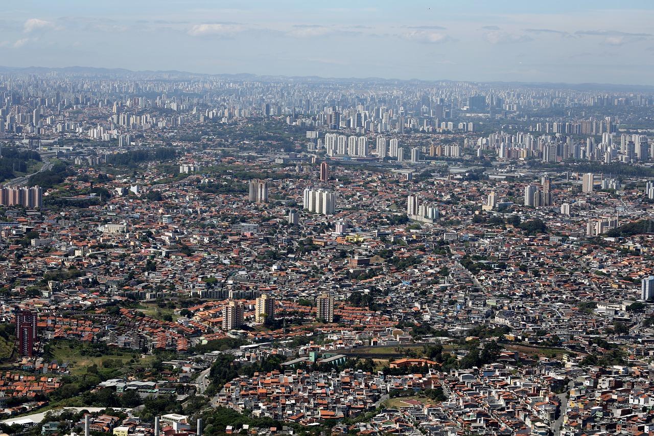 Foto aérea da cidade de São Paulo, mostrando muitas casas e prédios.