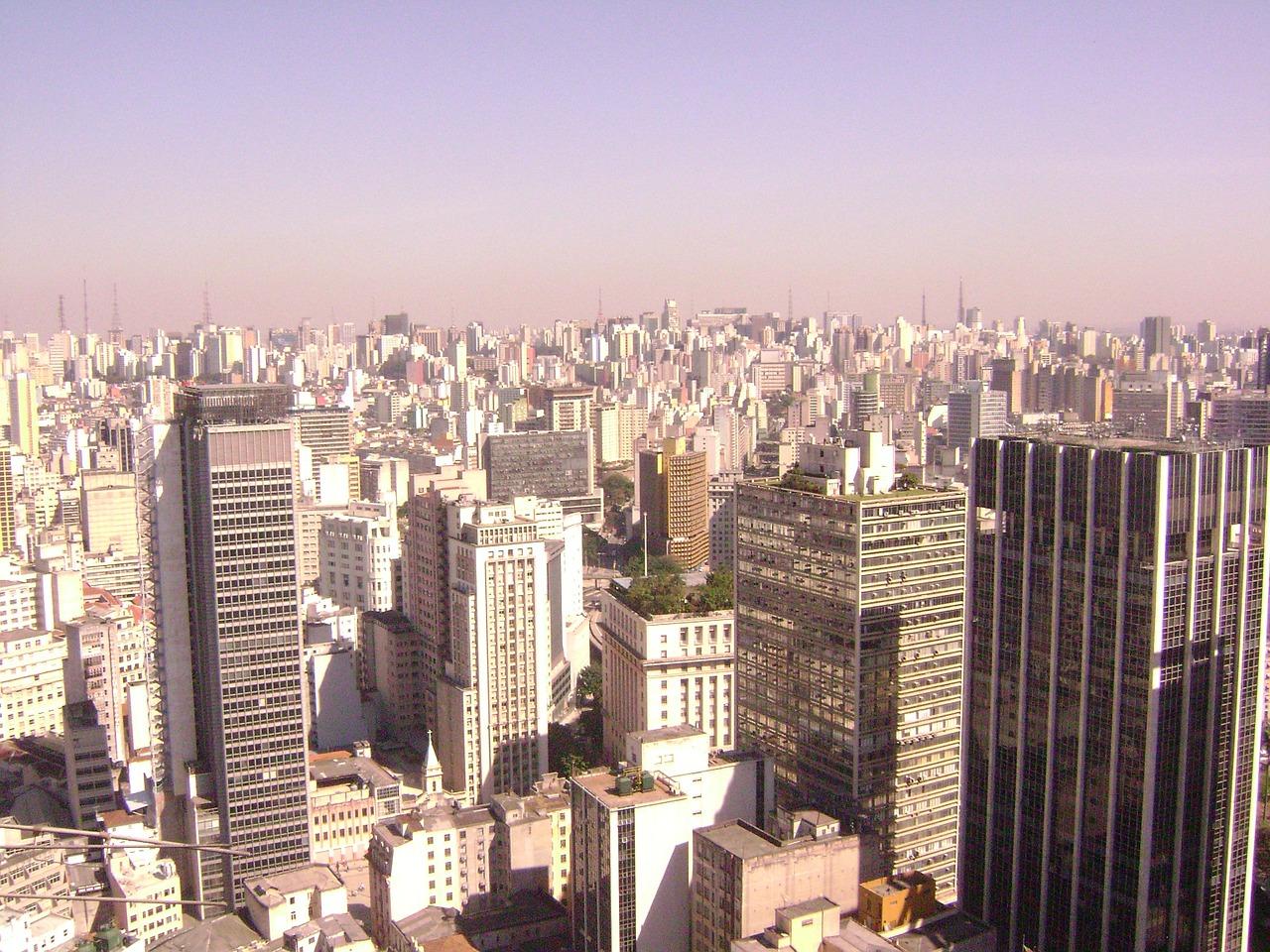 vista aérea da cidade de são paulo com vários prédios até o horizonte